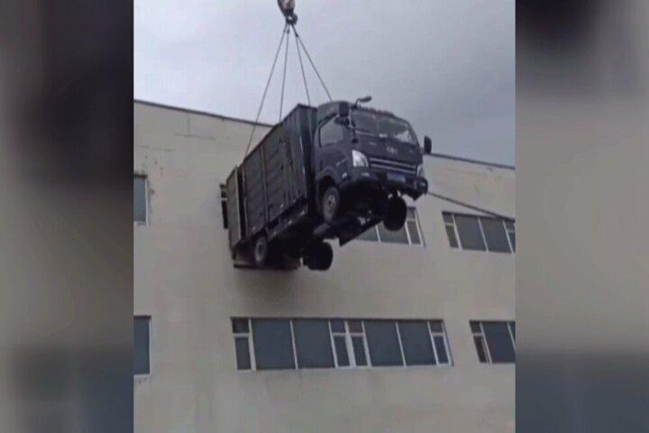 عجیبترین روش اسباب کشی در جهان؛ بالا بردن کامیون با جرثقیل! / فیلم