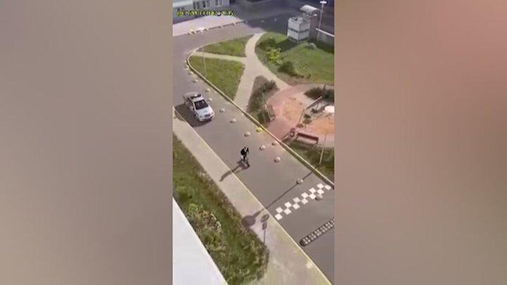 فرار خندهدار متهم از دست پلیس با اسکوتر بچهگانه / فیلم