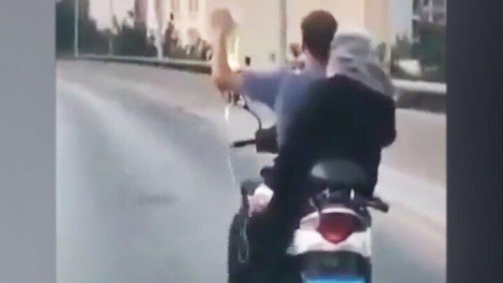 حمل عجیب بیمار سرم به دست با موتور / فیلم