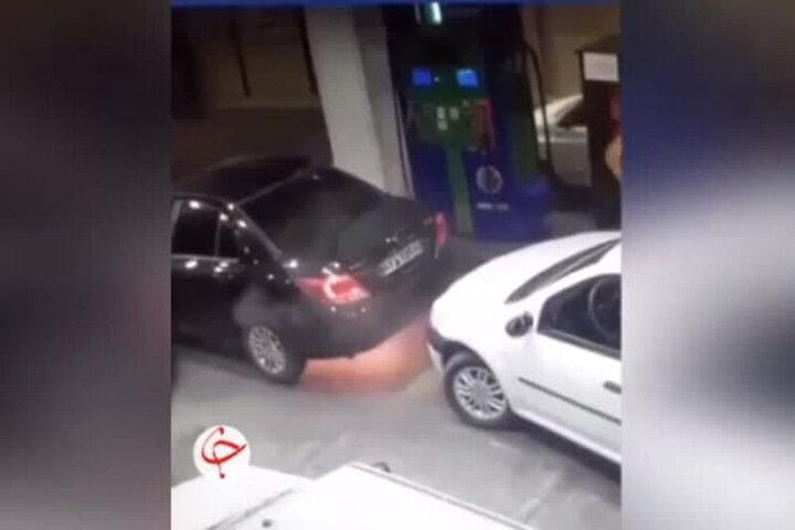 تصاویری هولناک از لحظه آتش گرفتن خودروی دنا در پمپ بنزین / فیلم