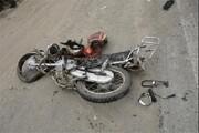 تصادف وحشتناک موتورسیکلت با خودرو به دلیل بیاحتیاطی ماشین پارک شده در کنار خیابان / فیلم