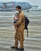 چرایی تکاندهنده بودن عکس پدر افغان و کودکش