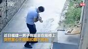 لحظه معجزهآسای نجات نوزاد و پدرش پس از سقوط از روی صندلی / فیلم