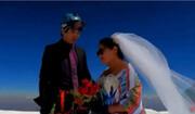 برگزاری جشن عروسی روی قله!؛ پیادهروی سه روزه مهمانان برای رسیدن به مراسم / فیلم