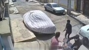 ویدیو عجیب از لحظه سرقت وحشتناک موتور سیکلت با کلاشینکف در روز روشن!