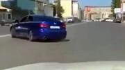 تصادف وحشتناک دو خودرو با یکدیگر به دلیل انجام حرکات نمایشی در خیابان / فیلم