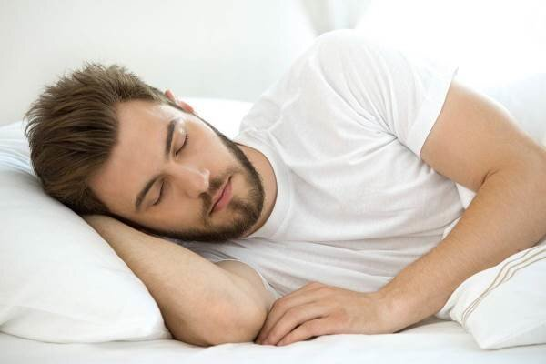 به این دلایل باید به سمت چپ بخوابید! / عکس