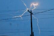 تصاویری عجیب و آخرالزمانی از لحظه هولناک برخورد ۱۱صاعقه با تیر چراغ برق / فیلم