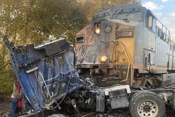 برخورد وحشتناک قطار با تریلی غولپیکر روی ریل! / فیلم
