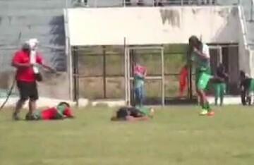 حمله وحشتناک زنبورها به فوتبالیستها در جریان مسابقه! / فیلم