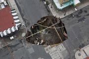 صحنهای هولناک از سقوط خودروهای سواری به داخل زمین / فیلم