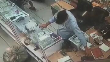فیلمی از لحظه سرقت گوشی از پیشخوان مغازه
