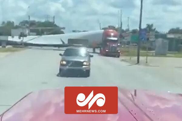 ویدیو هولناک از لحظه برخورد قطار با کامیون حامل توربین بادی