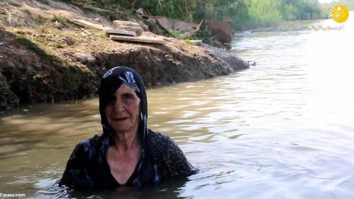 مهارت عجیب پیرزن ۸۵ ساله در شنا / فیلم