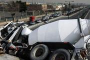 ویدیو هولناک لحظه سقوط کامیون میکسر بتن از روی پل