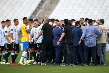 چرا بازیکنان آرژانتین زمین مسابقه را در دیدار با برزیل ترک کردند؟ / فیلم
