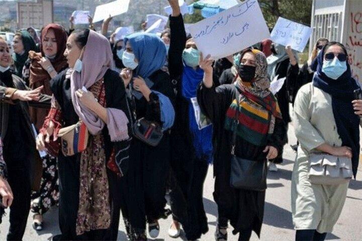 تصاویری تلخ از کتک زدن زنان معترض افغالی با کابل برق / فیلم