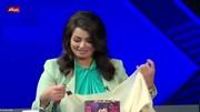 اهدای روسری به مجری برنامه تلویزیونی توسط یک روحانی در برنامه زنده / فیلم