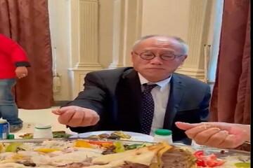 غذا خوردن سفیر ژاپن در عربستان با دست / فیلم