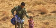 تصویری تکاندهنده از پناهآوردن کودک یتیم افغانی به تکاور ایرانی