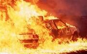 خارج کردن سرنشینان خودرو از میان شعلههای آتش / فیلم