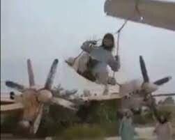 تاب بازی طالبان روی بال هواپیما! / فیلم