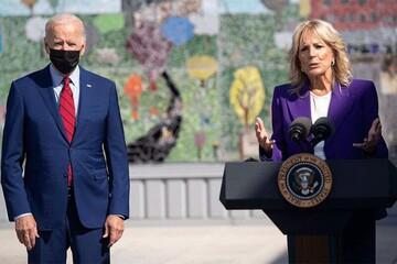 اقدام عجیب وسرگردانی رییس جمهور آمریکا هنگام سخنرانی همسرش / فیلم