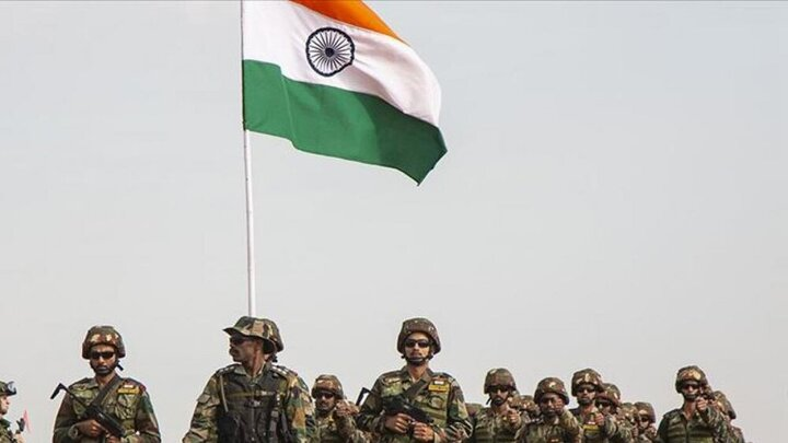کشیدن تانک ۴۶ تنی توسط سربازان هندی در مانور نظامی! / فیلم