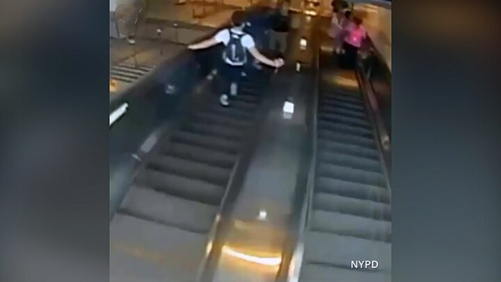 کتک زدن عجیب زن جوان روی پله برقی توسط مرد آمریکایی / فیلم