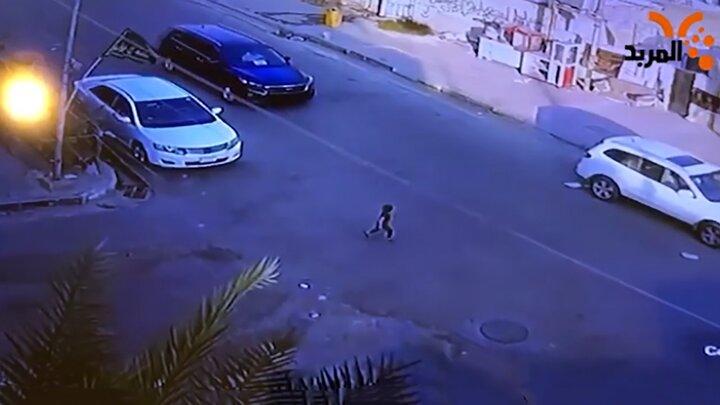 ویدیو دلخراش از لحظه برخورد شدید خودرو با کودک