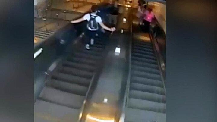 لحظه پرت شدن زن جوان از پله های مترو در درگیری با یک مرد /  فیلم