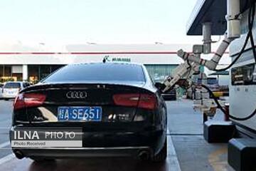 رونمایی از رباتهای پرکننده باک بنزین خودرو در جایگاههای سوخت چین / فیلم