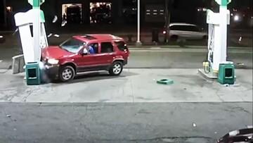 واکنش عجیب یک راننده پس از سوختن خودرو / فیلم