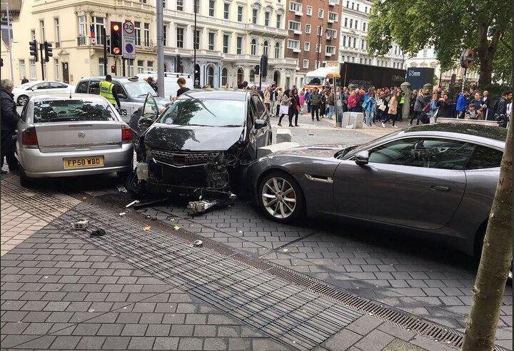 رانندگی عجیب نوجوان و تخریب خودروهای پارک شده / فیلم