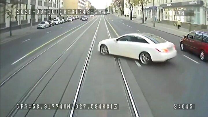 تصادف وحشتناک قطار با مرسدنس بنز / فیلم