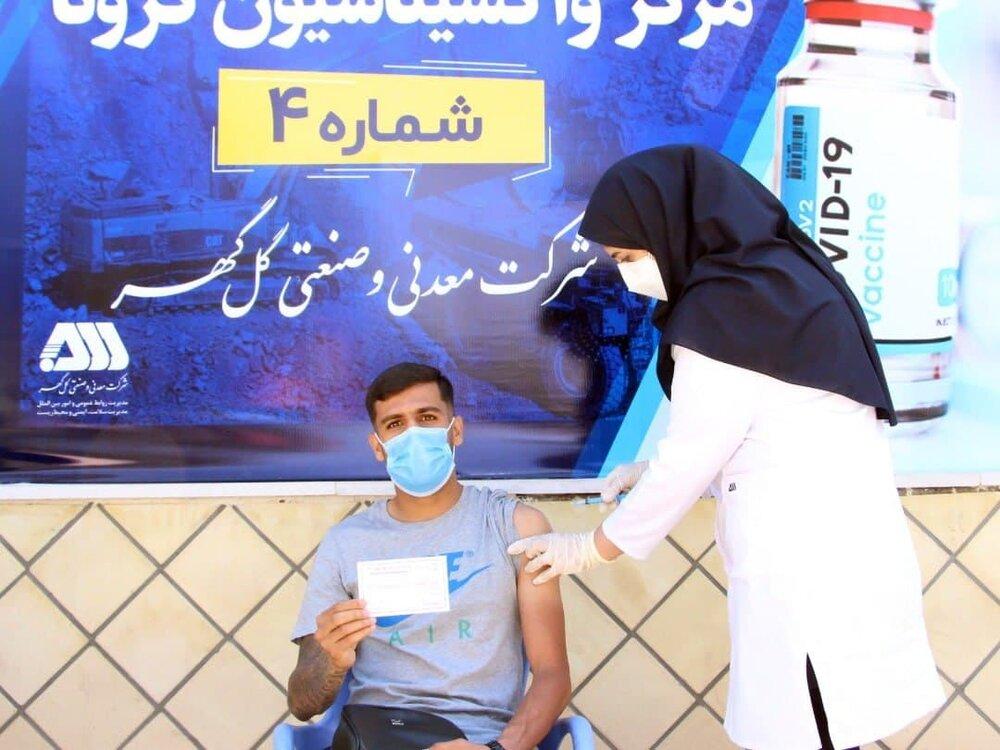 تزریق واکسن کرونا به اعضای تیم گلگهر سیرجان / عکس
