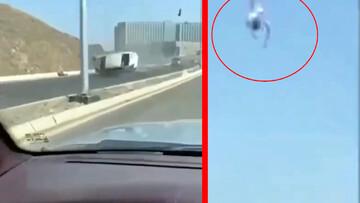 ویدیو دلخراش از لحظه واژگونی خودرو و پرت شدن راننده به بیرون از ماشین!