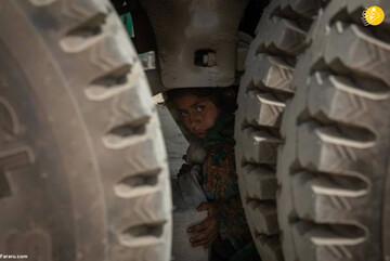 تصاویری تلخ از شیوه خطرناک کودکان کولبر افغان برای قاچاق کالا / فیلم