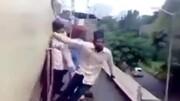 حرکات خطرناک و احمقانه نوجوان روی قطار در حال حرکت! / فیلم