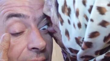 پیرزنی که با لیسیدن چشم بیماران را درمان میکند! / فیلم