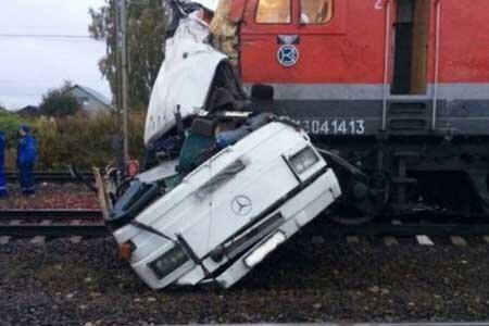 ویدیو هولناک از لحظه تصادف وحشتناک خودرو با قطار در انگلیس