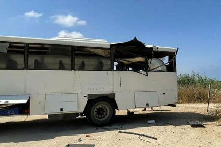 تصاویری تلخ از افتادن اتوبوس بر روی راننده پس از آزاد شدن ناگهانی جک/ فیلم