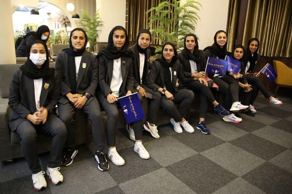 این تصاویر دختران فوتبالیست صدای نماینده مجلس را درآورد/ اعتراض به پوشش کت و شلواری دختران فوتبالیست