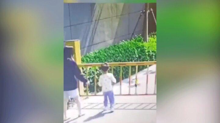 صحنه هولناک گیرکردن سر کودک بین نردههای گیت بالابر / فیلم