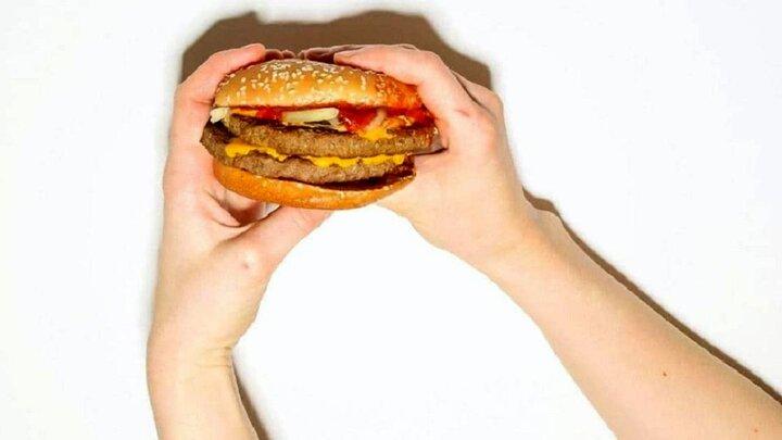 پیدا شدن انگشت قطع شده آشپز رستوران در ساندویچ همبرگر!