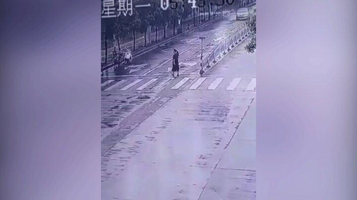 لحظه تصادف وحشتناک خودرو با عابر پیاده زن / فیلم