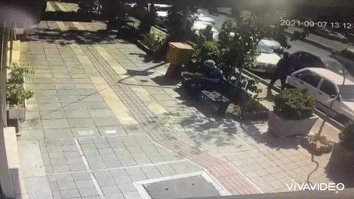 اقدام ناموفق سارق جوان برای سرقت تلفن همراه عابر پیاده / فیلم