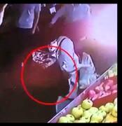 روش عجیب یک زن برای سرقت از میوه فروشی / فیلم