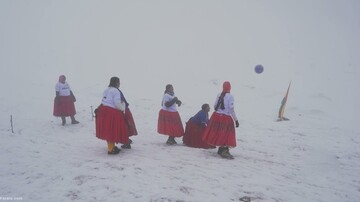 مسابقه فوتبال عجیب زنان در ارتفاع ۵۸۹۰ متری! / فیلم