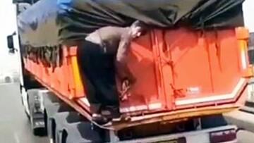 حرکت عجیب و خطرناک مرد روی کامیون در حال حرکت! / فیلم